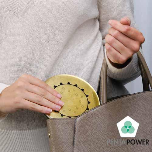 Penta-Power-Gold-Tag-in-handtas